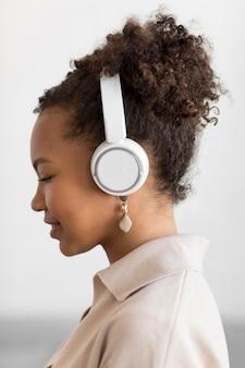 Mulher ouvindo música de perto