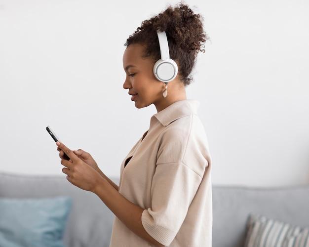 Mulher ouvindo música dentro de casa