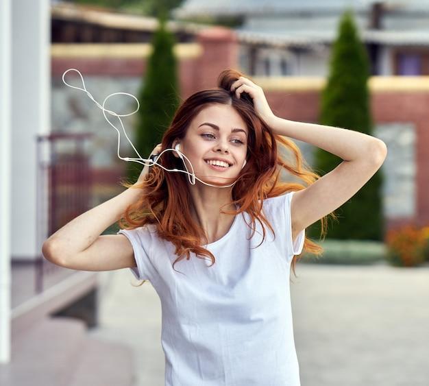 Mulher ouvindo música enquanto caminha