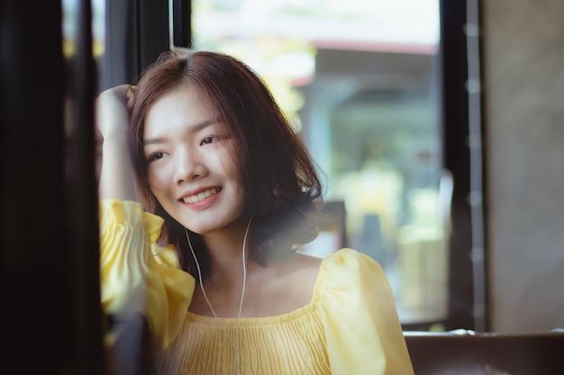 Mulher ouvindo música no tempo livre com feliz.