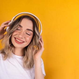 Mulher ouvindo música
