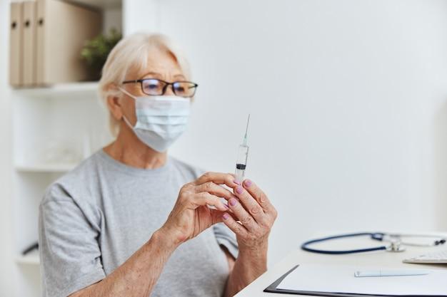 Mulher paciente máscara médica vacina passaporte seringa na mão. foto de alta qualidade