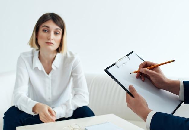 Mulher paciente sentada com um psicólogo problemas desordem depressão