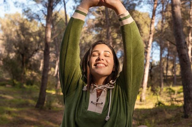 Mulher pacífica curtindo a natureza