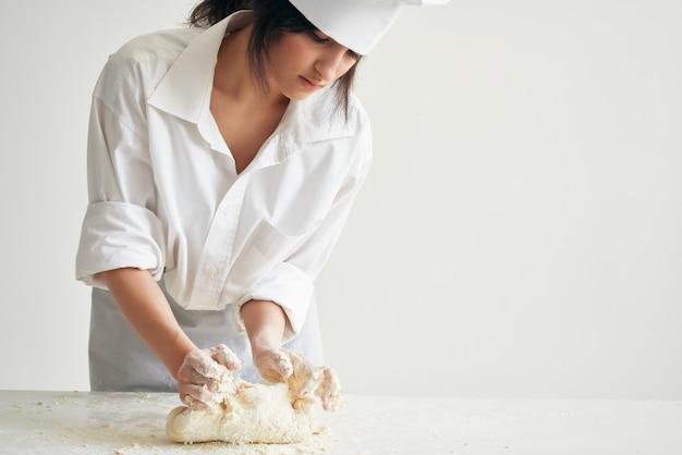 Mulher padeiro chef uniforme fazendo massa de pizza e macarrão