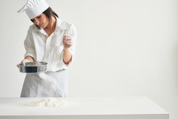 Mulher padeiro peneirar farinha para cozinhar massa folhada