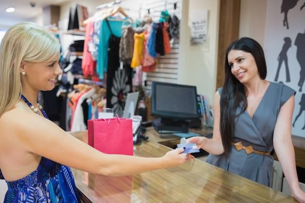 Mulher pagando wth cartão de crédito