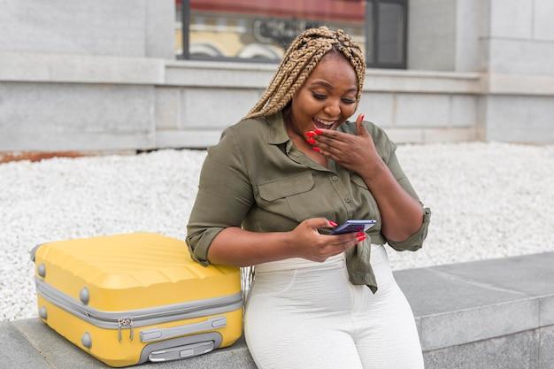 Mulher parecendo chocada ao navegar em um aplicativo de mídia social