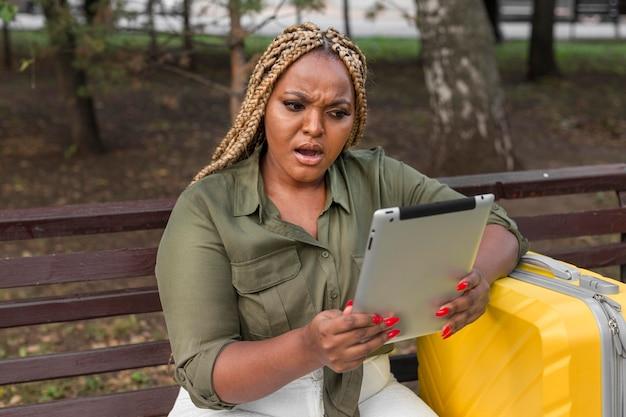 Mulher parecendo chocada com seu tablet