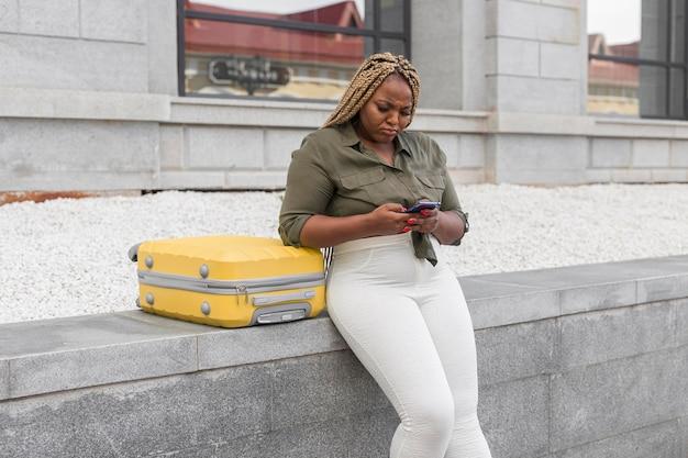 Mulher parecendo confusa enquanto rola a página em um aplicativo de mídia social
