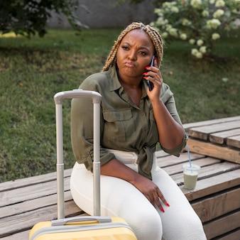 Mulher parecendo intrigada enquanto fala ao telefone