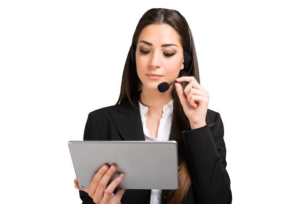 Mulher participando de uma reunião remota usando um tablet e fone de ouvido