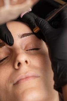 Mulher passando por um tratamento de microblading