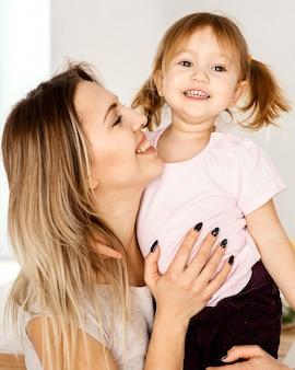 Mulher passando um tempo com a filha no dia das mães em casa
