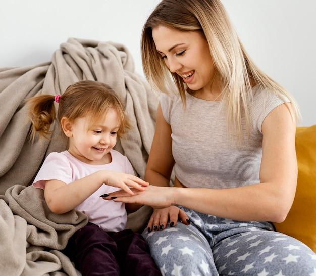 Mulher passando um tempo com a filha no dia das mães