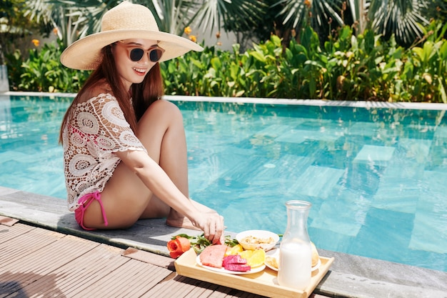 Mulher passando um tempo na piscina