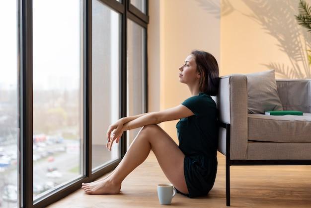 Mulher passando um tempo sozinha em casa