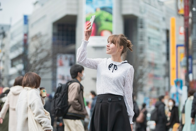 Mulher passeando em shibuya (tóquio / japão)