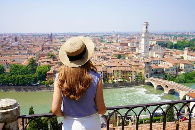 Mulher passeando pelos pontos turísticos da cidade de verona, férias na itália, viajar estilo de vida garota turista relaxando no ponto de vista da arquitetura da vista aérea da cidade velha