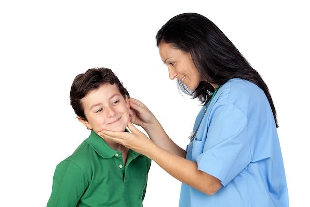 Mulher pediatra fazendo um check-up para criança isolada no fundo branco