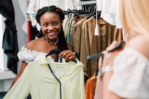 Mulher pedindo sua opinião amiga sobre roupas