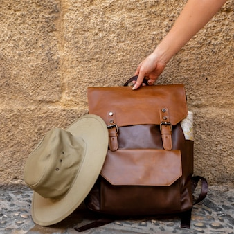 Mulher pegando mochila do chão de frente
