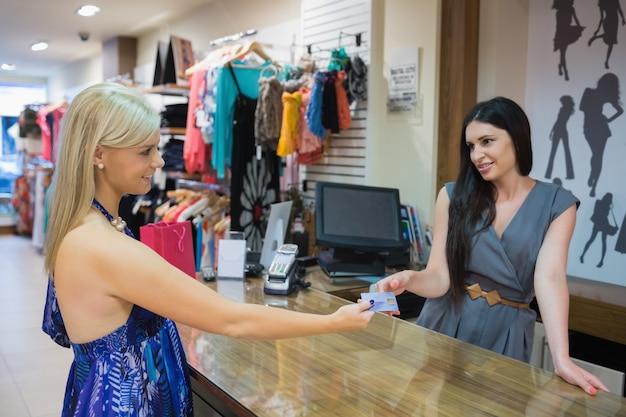 Mulher pegando o cartão de crédito