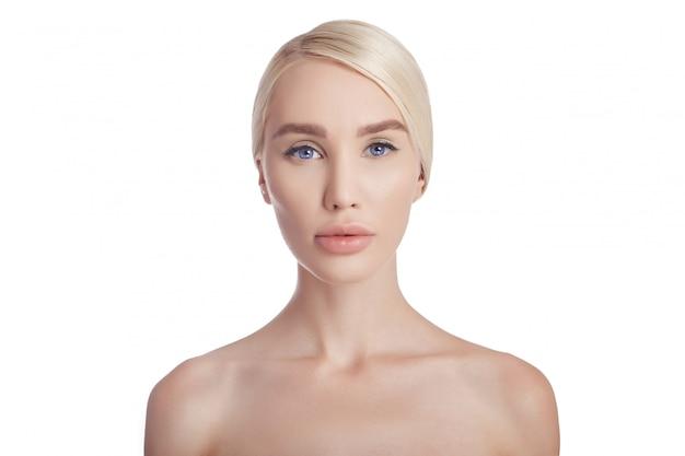 Mulher pele limpa rosto e corpo. cosméticos naturais