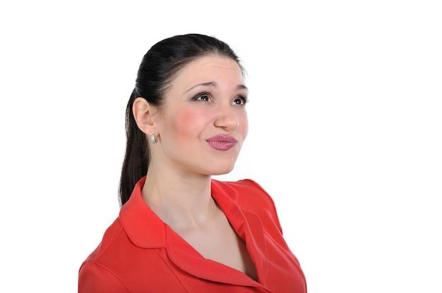 Mulher pensa e pondera sobre um problema procurando uma resposta, apresentando a solução