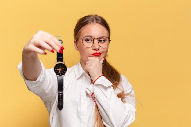 Mulher pensando ou duvidando de expressão, conceito de pontualidade