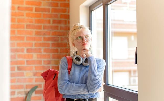 Mulher pensando, sentindo-se duvidosa e confusa, com opções diferentes, imaginando qual decisão tomar