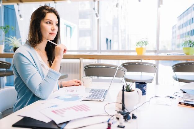 Mulher pensando sobre problema de trabalho