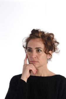 Mulher pensativa com backgroud preto