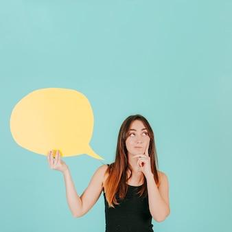 Mulher pensativa com bolha de discurso