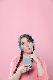 Mulher pensativa com fones de ouvido e cópia espaço