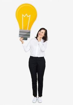 Mulher pensativa com um ícone de lâmpada