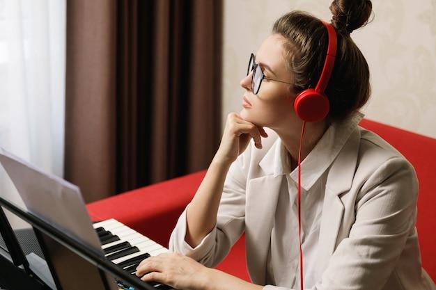 Mulher pensativa compositora em estúdio caseiro
