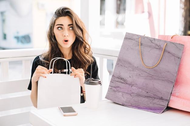 Mulher pensativa depois de comprar