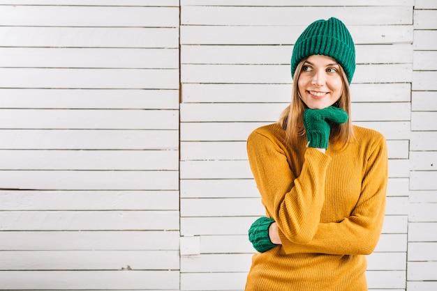 Mulher pensativa em roupas quentes