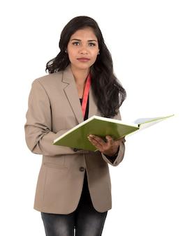 Mulher pensativa, estudante, professora ou mulher de negócios segurando livros. isolados