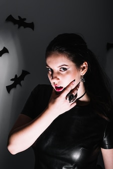 Mulher pensativa no quarto escuro