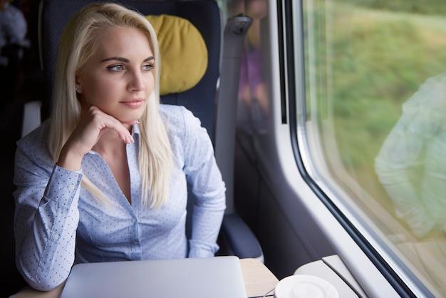 Mulher pensativa no trem