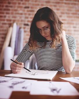 Mulher pensativa trabalhando em um projeto importante