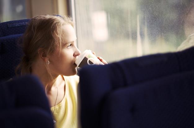 Mulher pensativa, viajando de trem