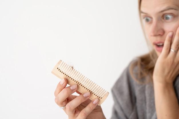 Mulher penteando o cabelo com calvície