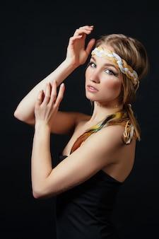 Mulher perfeita em trajes de índios americanos em fumaça no cinza