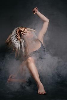 Mulher perfeita em trajes de índios americanos em fumaça