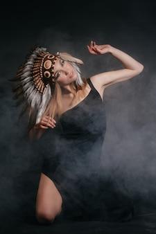 Mulher perfeita vestida de índios americanos em fumaça