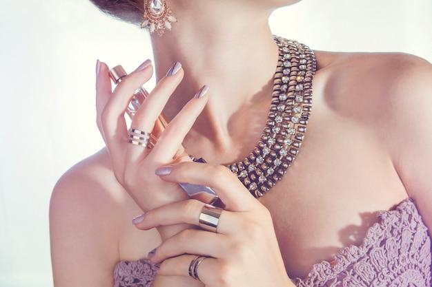 Mulher, perfume aplicando, ligado, dela, pescoço