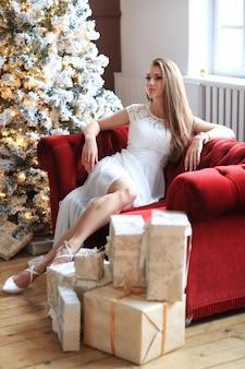 Mulher perto da árvore de natal
